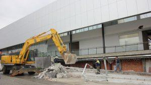 Operarios municipales retiran los escombros tras desprenderse parte de la fachada del nuevo CARE de Los Alcores, aún en obras/Christopher Rivas