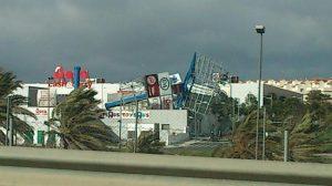 Un poste de publicidad se ha caído en el centro comercial 'Cavaleri' en San Juan de Aznalfarache. / Imagen de Mario López (@MarioLopezRivas)