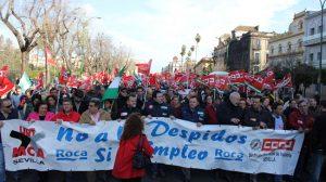 A la manifestación ha acudido una amplia representación de la Corporación municipal alcalareña./ Prensa CC.OO