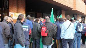 concentracion-trabajadotres-roca-delegacion-provincia-consejeria-empleo-alejandro-copete