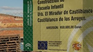 Las obras de la Guardería municipal avanzan con el cartel anunciador de la inversión pública con el emblema de la República Española / Juan Carlos Romero