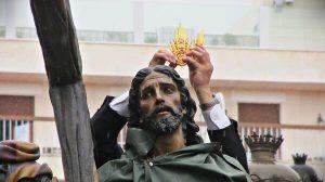 El cristo de la Victoria de la hermandad de La Paz, bajo el chaparrón que rompió el Domingo de Ramos/ @stmo_trescaidas