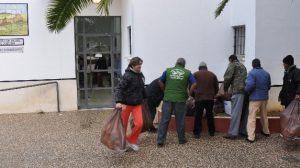 Un piquete retira la basura del centro de salud de El Coronil/SAT