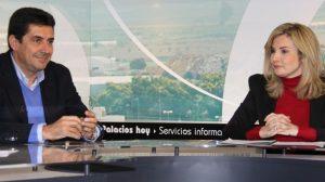 Ayala, junto al que fuera alcalde de Los Palacios, el socialista Antonio Maestre, en la televisión municipal de Los Palacios