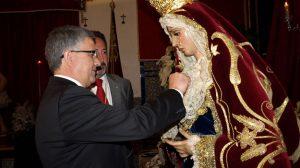 El alcalde de Constantina, Mario Martínez, impuso la medalla de oro de la ciudad a la Virgen de la Amargura / Sevilla Actualidad