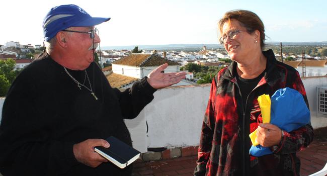Manuel, el hospitalero saliente, y Maria Suzanna, la hospitalera holandesa, en la azotea del Albergue municipal de Castilblanco de los Arroyos / Juan Carlos Romero