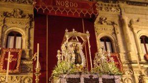 La Virgen de la Hiniesta presidió el altar en la fachada del Ayuntamiento de Sevilla desde la madrugada del jueves / Candela Vázquez