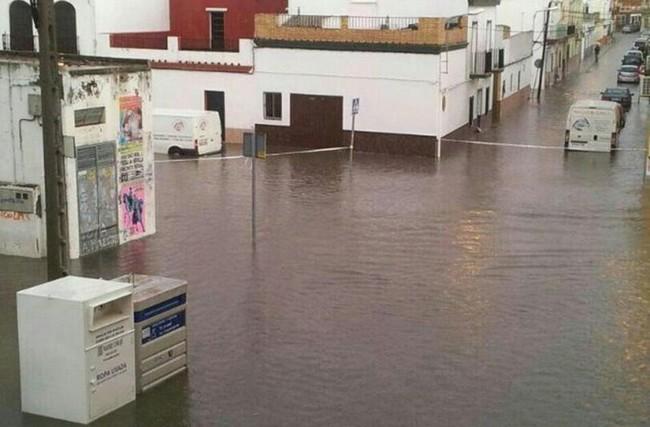 La tromba de agua de ayer sorprendió a los vecinos de Los Palacios y Villafranca./ Utrempresa, @ACSearus