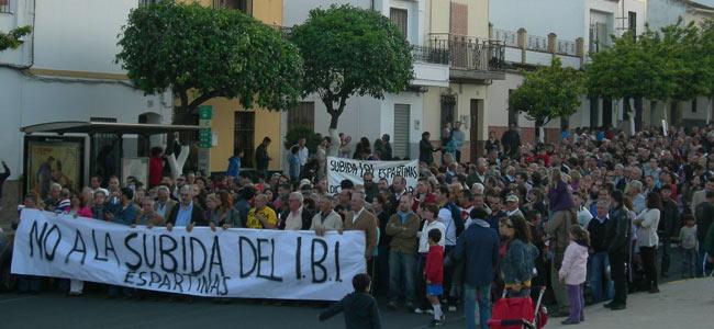Movilizaciones contra el incremento de los recibos del IBI en Espartinas en 2012 / Sevilla Actualidad