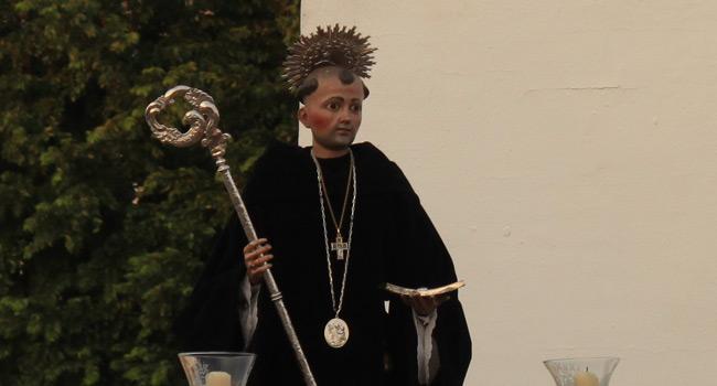 La imagen de San Benito llevaba un medallón sobre el hábito negro, como lo hiciera en las fotografías más antiguas que se conservan / Juan Carlos Romero
