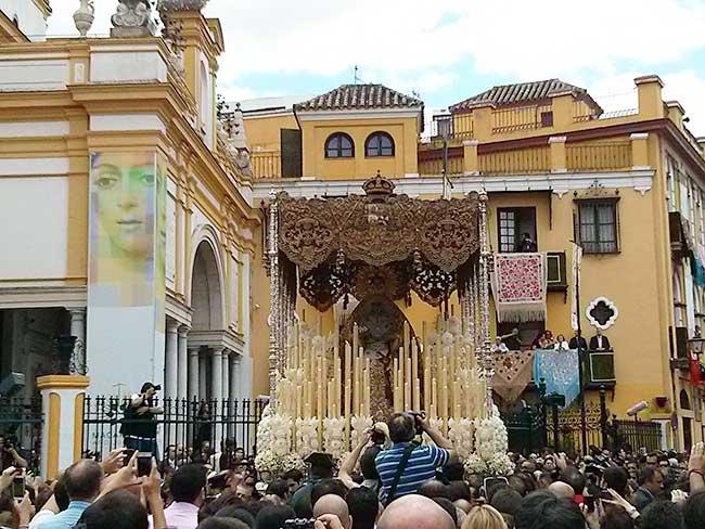 Con dos horas y diez minutos de retraso cerró ayer la Macarena la jornada, repleta de ilusión y sentimiento/ Álvaro Ceregido
