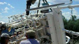 Romeros de la Hermandad de Osuna, levantando la carreta con ayuda de una grúa/ Arahal Informacion