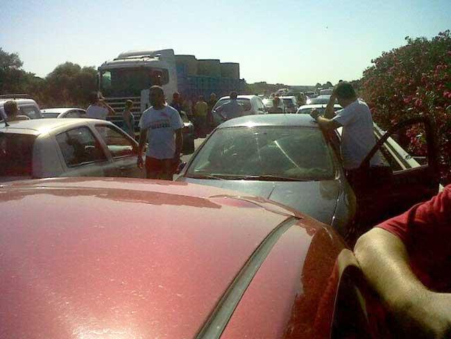 Cientos de vehículos atrapados en un monumental atasco en la A-49 hacia Huelva / @pormeunacocacola