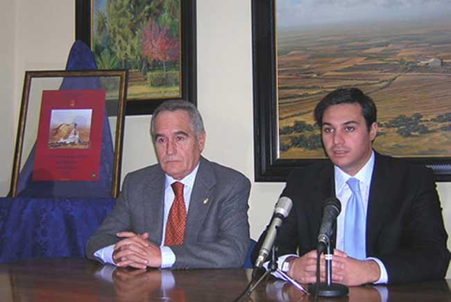 El pintor Juan Roldán junto al alcalde de El Viso, Manuel Benítez, en una imagen de archivo