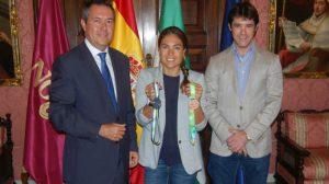 Blanca luce medallas entre el alcalde y el delegado de Deportes