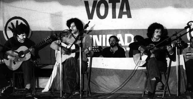 Carlos Cano en un mitin del PSA, con Rojas-Marcos al fondo