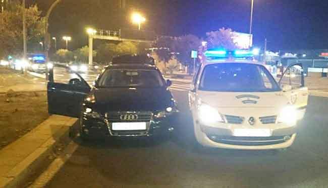 Imagen del vehículo junto a uno de la Policía Local, tras la detención/ Emergencias Sevilla