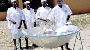 Mujeres de Haití usando una cocina solar
