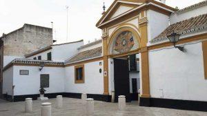 Entrada al Palacio de las Dueñas tras la remodelación y con el monumento a Antonio Machado al fondo/ Adrián Yánez