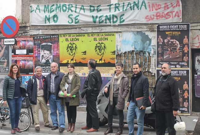 Susana Serrano y Daniel González, junto a los vecinos de Triana Norte