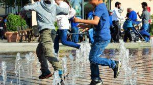 nios-jugando-fuente-agua