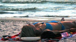 mujer-tomando-sol-playa