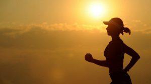 mujer-corriendo-luz-sol