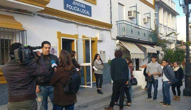 Asistentes a la fiesta, ante la Jefatura de Policía Local de Espartinas, en la tarde de hoy/ Macarena Amores