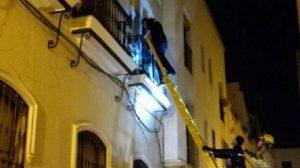 ladron bajando escaleras bomberos 1