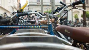 Detalle de bicicletas aparcadas en Sevilla