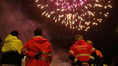 Fuegos artificiales de fin de Feria /@EmergenciasSevi
