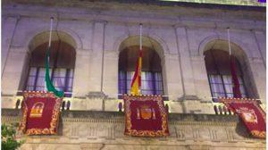 Bandera a media asta en el Ayuntamiento /Participa