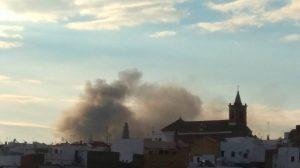 Columna de humo que provocó el incendio del autobús /@vicentegbaeza
