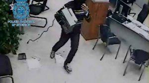 El detenido en pleno robo /Policía Nacional