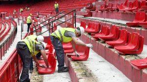 Operarios colocan nuevos asientos en el Sánchez Pizjuán /Sevilla FC