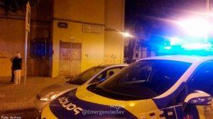 La Policía en el lugar donde detuvo al supuesto ladrón /@EmergenciasSev