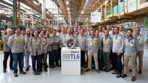 Trabajadores de Renault con la nueva caja de cambios que se está fabricando en la planta de Sevilla /RENAULT