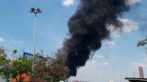 La espectacular columna de humo en la zona de Camas /@EmergenciasSev