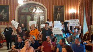 Trabajadores municipales desalojados del Pleno /@ParticipaSevilla