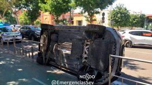 Coche volcado en la vía /@EmergenciasSev