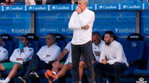 Quique Setién, junto al banquillo bético /Real Betis