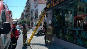 Los bomberos actúan ante el escape de gas /@EmergenciasSev