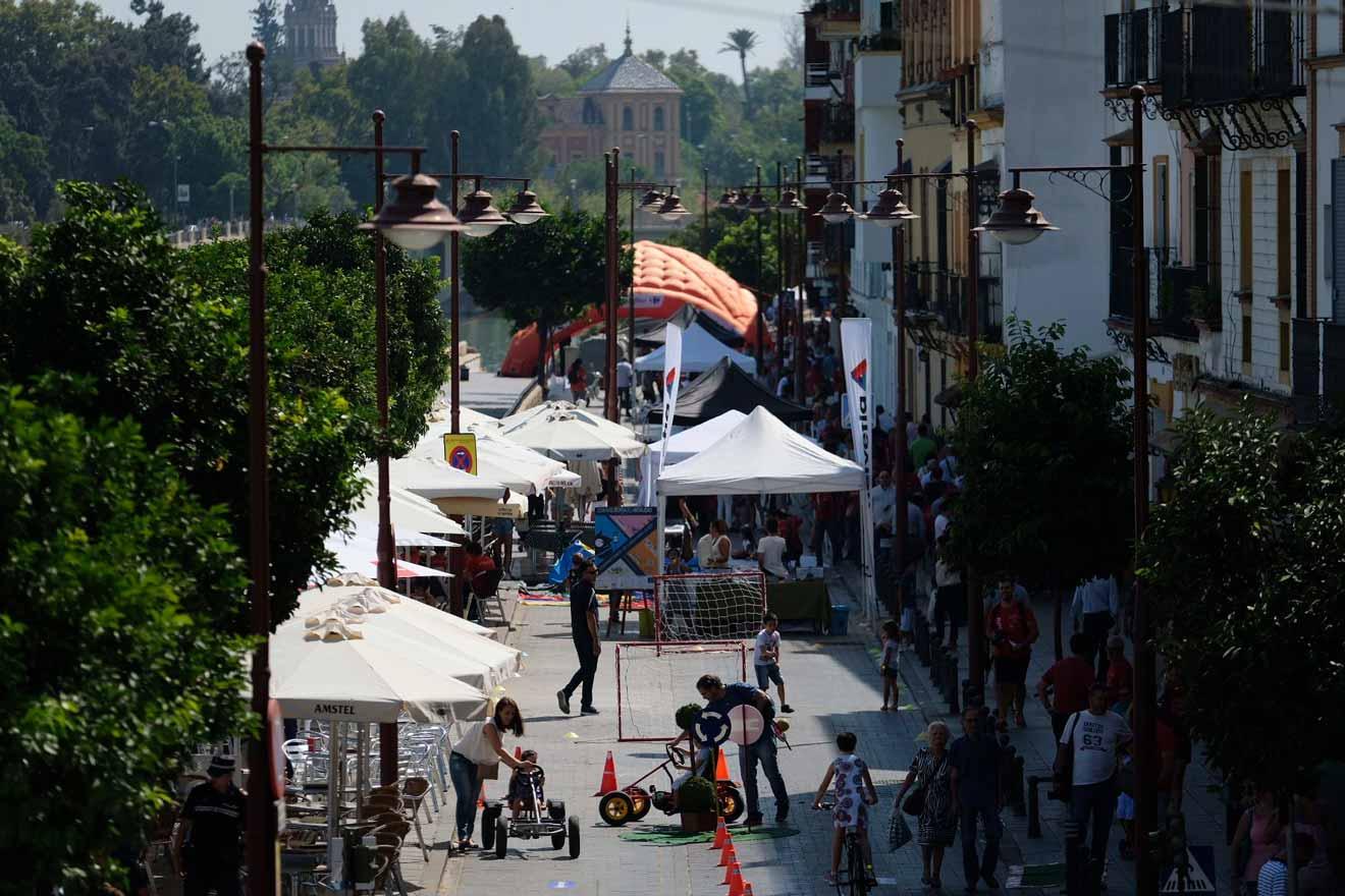 Pasada edición de la Calle Cultura en la calle Betis /Ayto. Sevilla