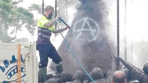 Los operarios limpian el monumento /@TramoCero