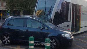 Atropello del tranvía a un turismo/ @EmergenciasSev