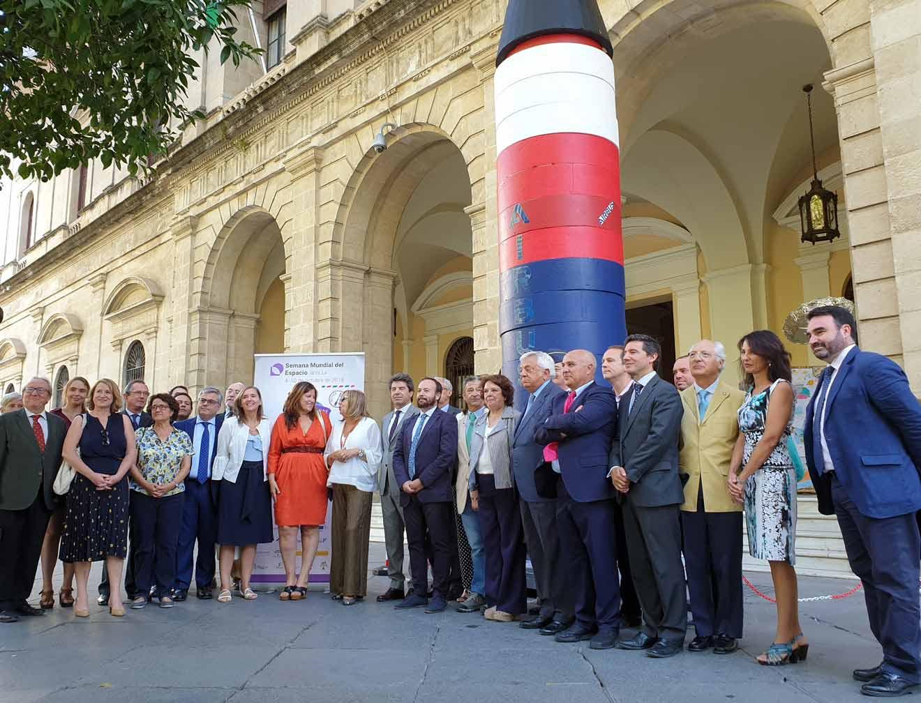 Carmen Castreño, delegada de Economía, Comercio y Relaciones Institucionales, junto a representantes en la presentación / Ayuntamiento de Sevilla