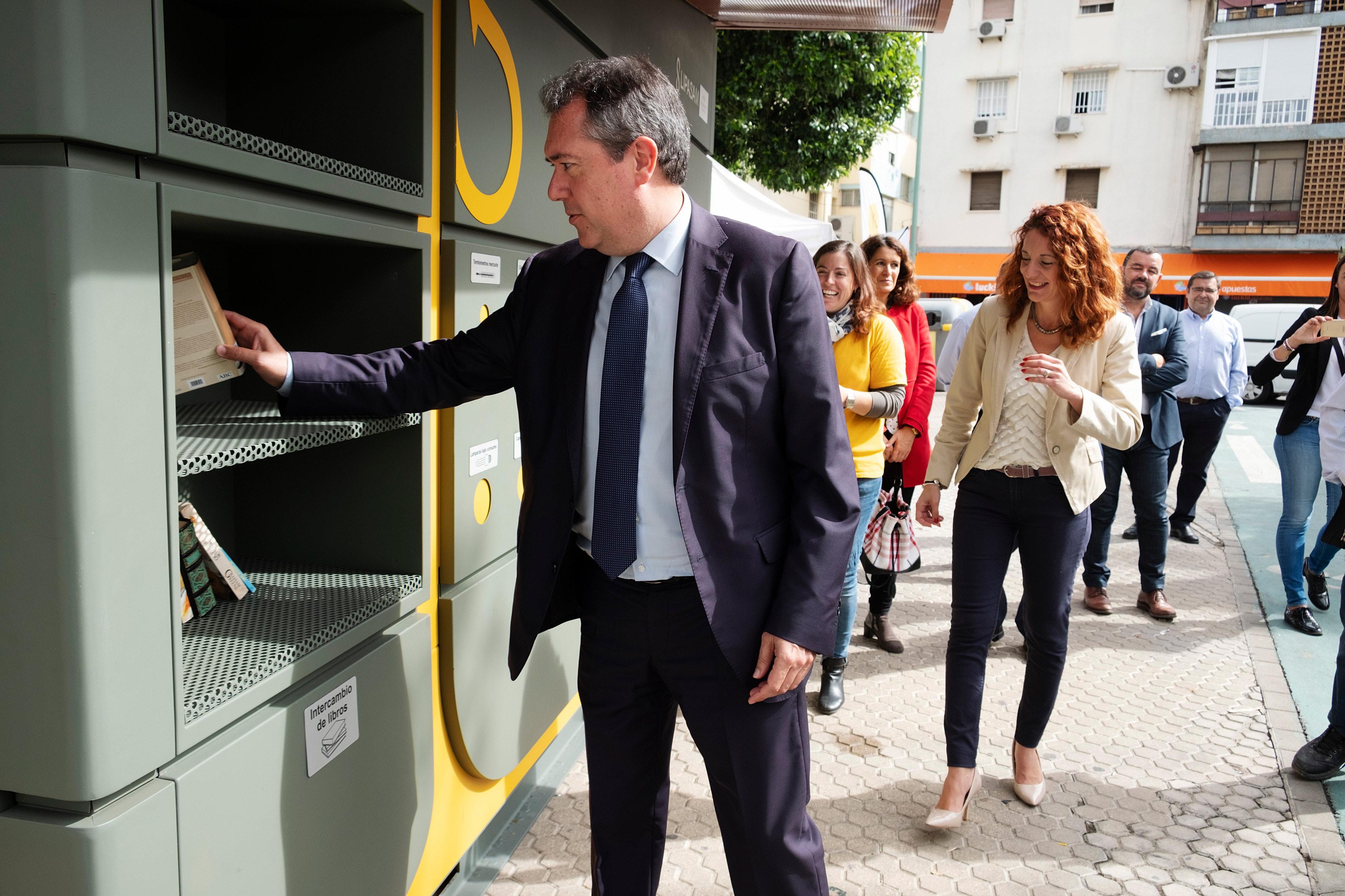 El alcalde Juan Espadas en el ecopunto / Ayuntamiento de Sevilla